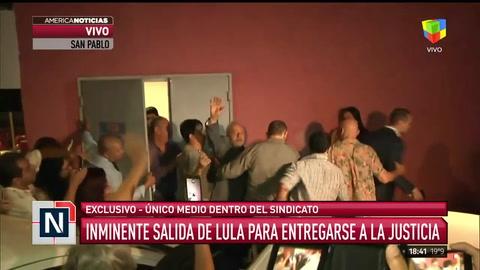 Así salió Lula da Silva a entregarse