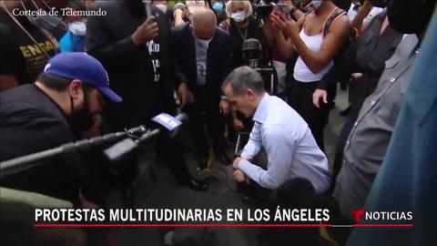 Alcalde de Los Ángeles se arrodilla con los manifestantes en una protesta