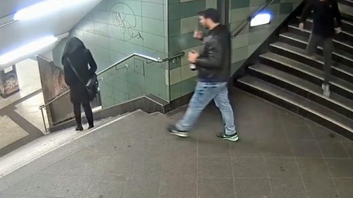 Voldsmann sparker tilfeldig kvinne ned trappen