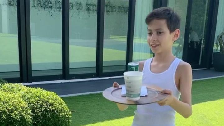 Max, hijo de Jennifer Lopez, un camarero en su casa