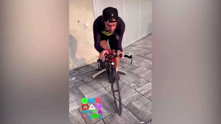 Fernando Alonso se sube a una bicicleta 10 días después de su accidente