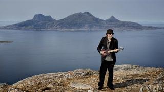 SE TV: Her spiller Nilsen på toppen av fjellet