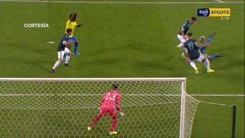 Gabriel Jesús falló un penal con Brasil ante Argentina