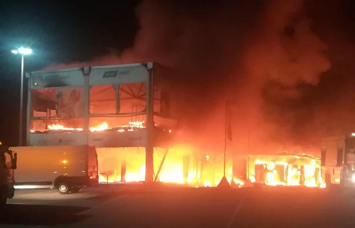 Un incendio arrasa el paddock del circuito de Jerez