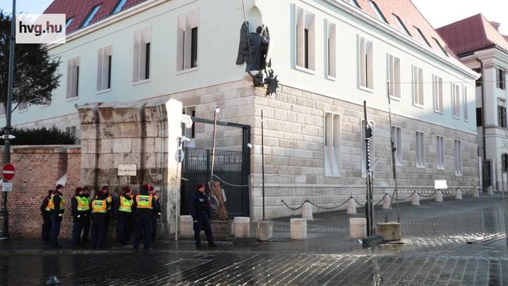 """""""Orbánnak nem a várban, hanem börtönben a helye"""""""