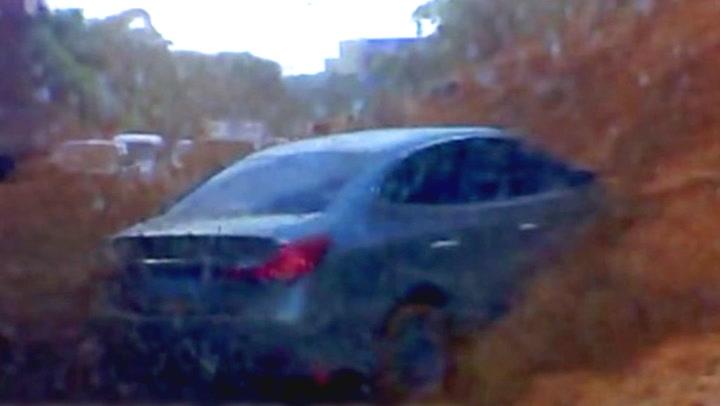 På sekunder dekkes bilene av enormt jordras