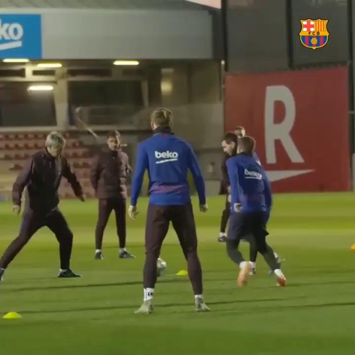 Setién entra en el rondo del Barcelona como uno más