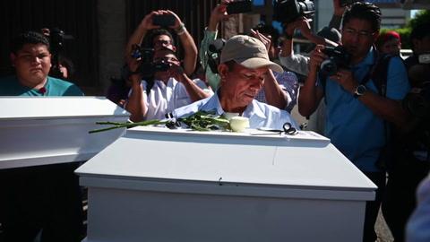Entregan osamentas de familia masacrada en guerra civil salvadoreña