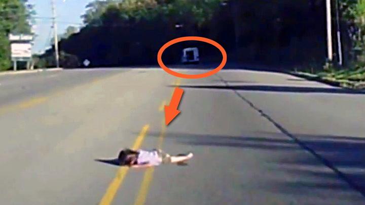 Jente (4) falt ut av bussen midt på motorveien
