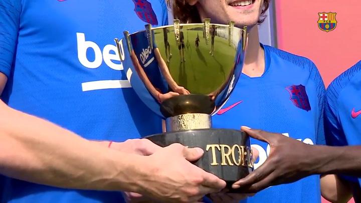 Los nuevos fichajes posan con el trofeo Joan Gamper