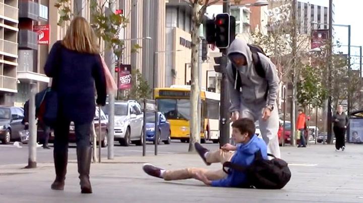 Gutt mobbes på åpen gate – halvparten går forbi