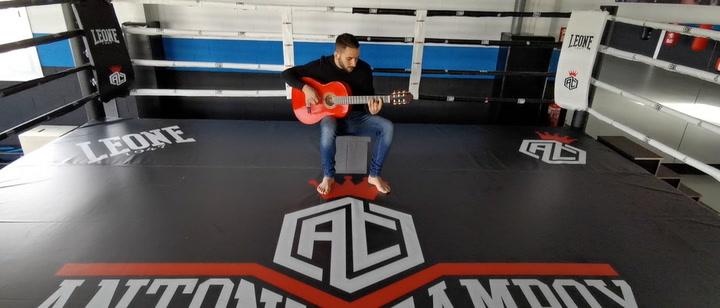 Campoy, el campeón de Europa de K1, sube al ring con su guitarra