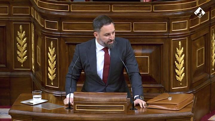 Abascal culpa a Marlaska y Podemos de la violencia contra Vox y muestra un adoquín