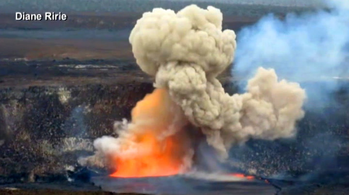 Plutselig eksploderer vulkanen rett foran dem