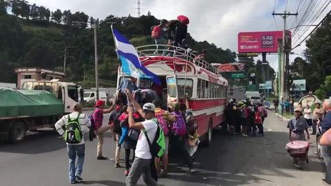 Migrantes hondureños abordan buses que los lleven a México