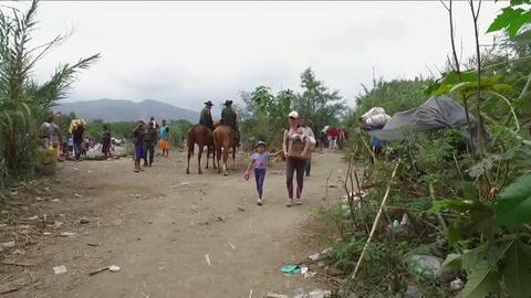 El peregrinaje de una mujer venezolana para vender estatuas