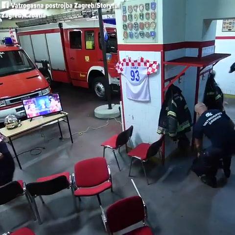 La respuesta de bomberos croatas ante una emergencia en un momento clave del Mundial