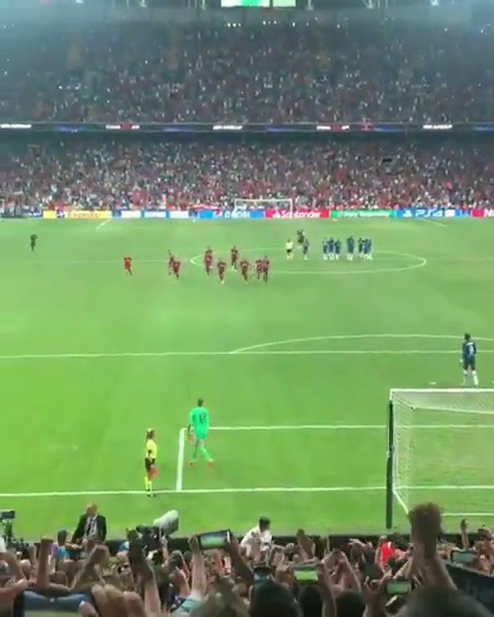 Así fue la lesión de Adrián (Liverpool) por culpa de un espontáneo