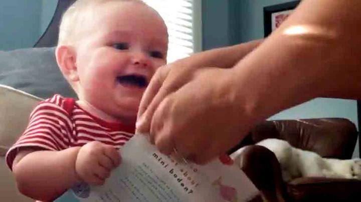 Grunnen til at babyer ler hysterisk av papir