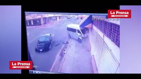 Dos heridos deja choque entre busito y turismo en San Pedro Sula
