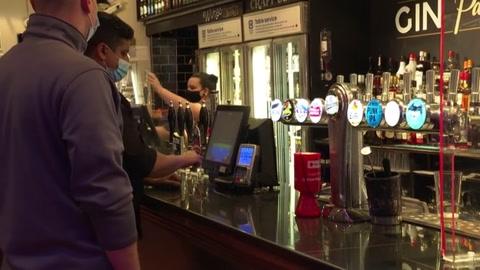 Pubs reabren en Inglaterra pese a temor por variante india del coronavirus