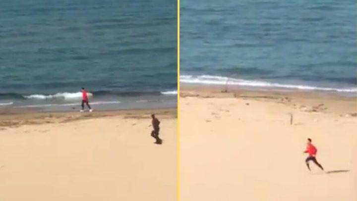 Un 'runner' intenta escapar a la carrera de un policía en la playa