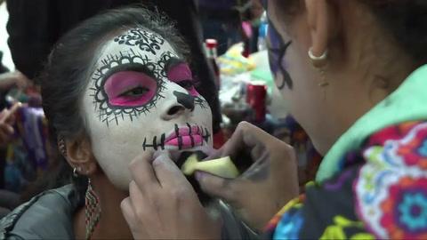 Catrinas mexicanas toman las calles previo al Día de Muertos