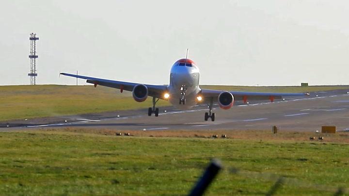 Flyet måtte kjempe mot sterk vind