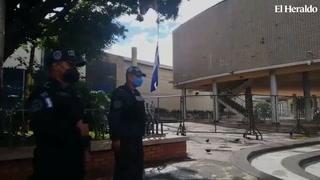 Ante amenaza de protestas, Policía Nacional resguarda los bajos del Congreso Nacional