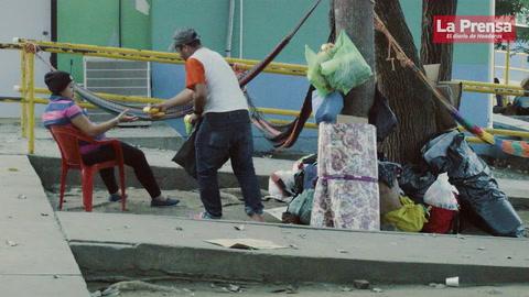 Familiares de pacientes duermen a la intemperie en el Hospital Mario Catarino Rivas