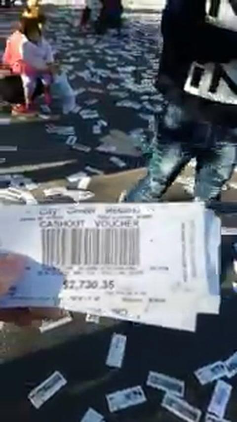 Revuelo por tickets sin valor del City Center que cayeron de un camión