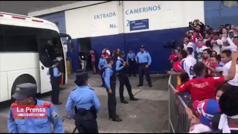 Hostil recibimiento de afición del Olimpia al Marathón en el estadio Nacional