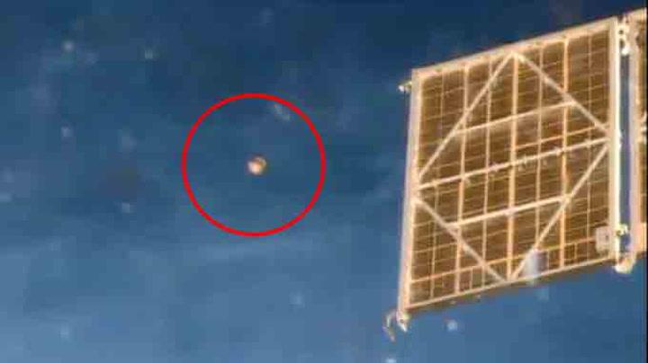 Her filmer astronauten en UFO utenfor romstasjonen