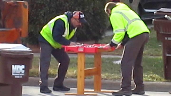 Søppelmenn har tidenes fotballkamp med familiens skrap