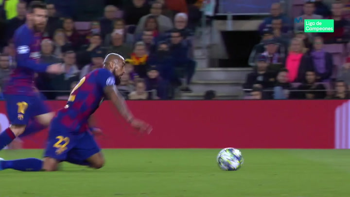 Champions League: Barça - Slavia Praga. Arturo Vidal cabecea un balón a ras del césped