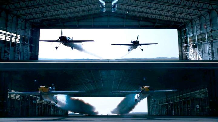 Her flyr de tvers gjennom hangaren