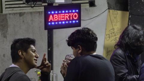 Jóvenes se llevan la peor parte de la nueva ola de covid-19 en México