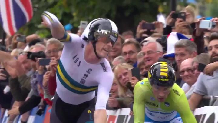 Primoz Roglic quiso salir en la foto de meta del campeón del mundo, Rohan Dennis, que le había doblado previamente