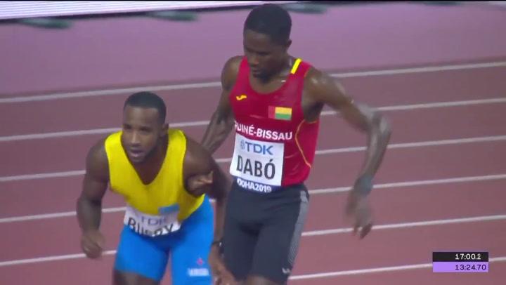 Jonathan Busby, atleta de Aruba, llega a meta exhausto y con ayuda de un rival