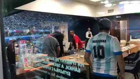 Así debieron sacar a Maradona del estadio tras el partido con Nigeria