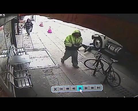 Ladrón arroja a una persona debajo de un camión para robarlo