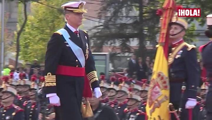 Los Reyes presiden el desfile militar acompañados por la princesa Leonor y la infanta Sofía