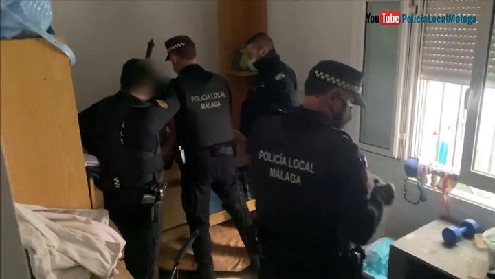 Detienen a un hombre por maltrato oculto en el cajón de una cama nido