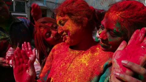 La India pierde la cabeza en Holi, la batalla campal de los colores