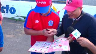 Pedro Troglio le firma un álbum del Mundial de Italia 90 a aficionado hondureño