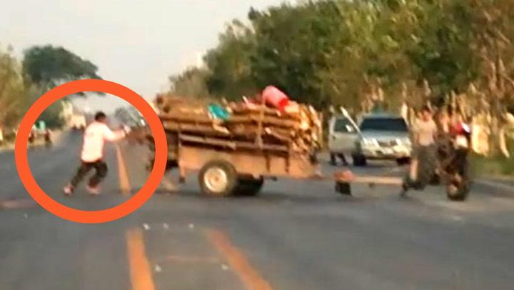 Bonden prøver fortvilt å fange løpsk traktor