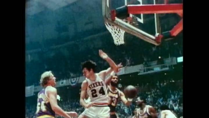 Una jugada genial de la NBA (1980) protagonizada por Abdul-Javvar y Erving, se la llamó 'The Baseline Move'