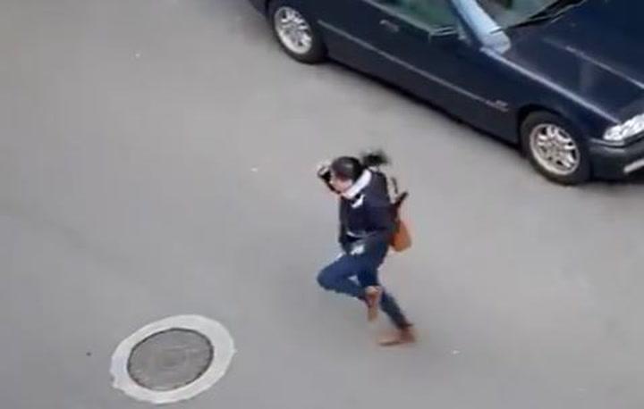 Una limpiadora de un hospital coruñés baila por la calle cuando va a trabajar