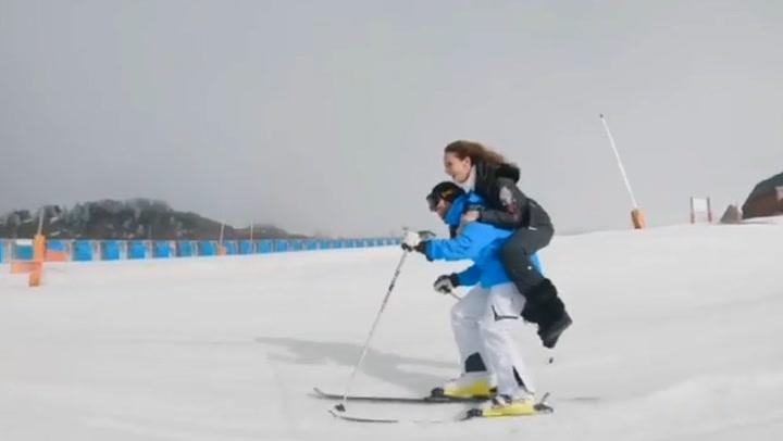 Cuesta abajo ¡y con Eva González a caballito! Cayetano Rivera supera un divertido reto esquiando