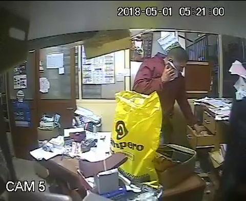 Un policía, que asistió a un llamado por robo, quedó filmado mientras sustraía dinero en efectivo